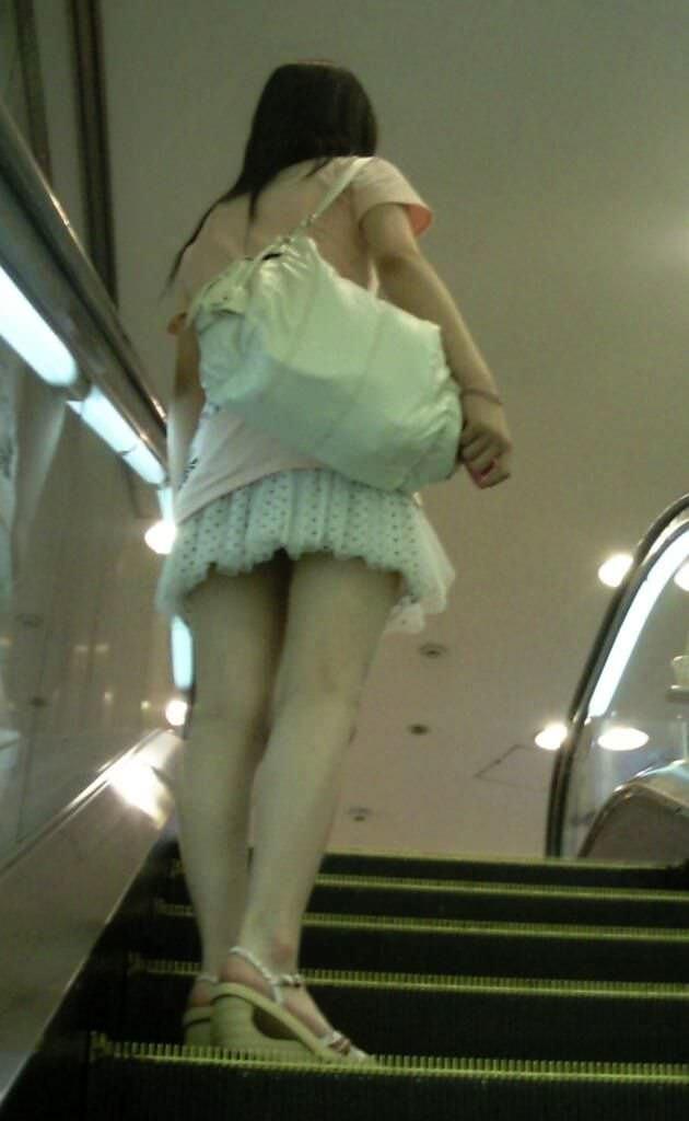 階段の下からのアングルで激写された素人娘のパンチラ画像 458
