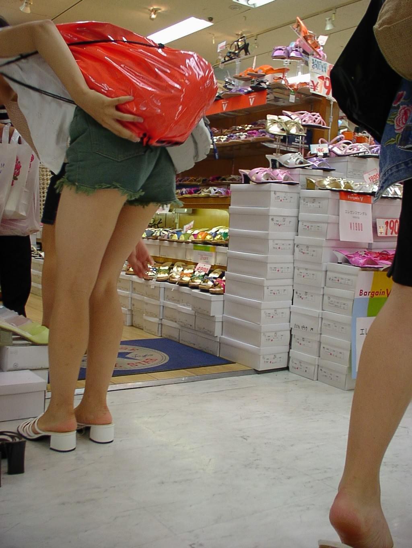 むっちり太ももが露わになるホットパンツを履いた素人娘の街撮りエロ画像 477