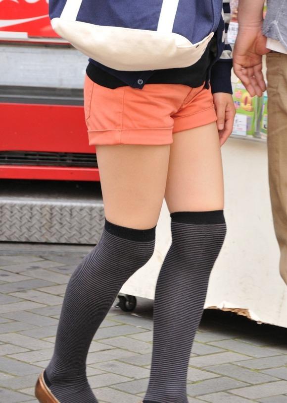 街撮りされた素人娘たちのパンチラとか太もものエロ画像 55