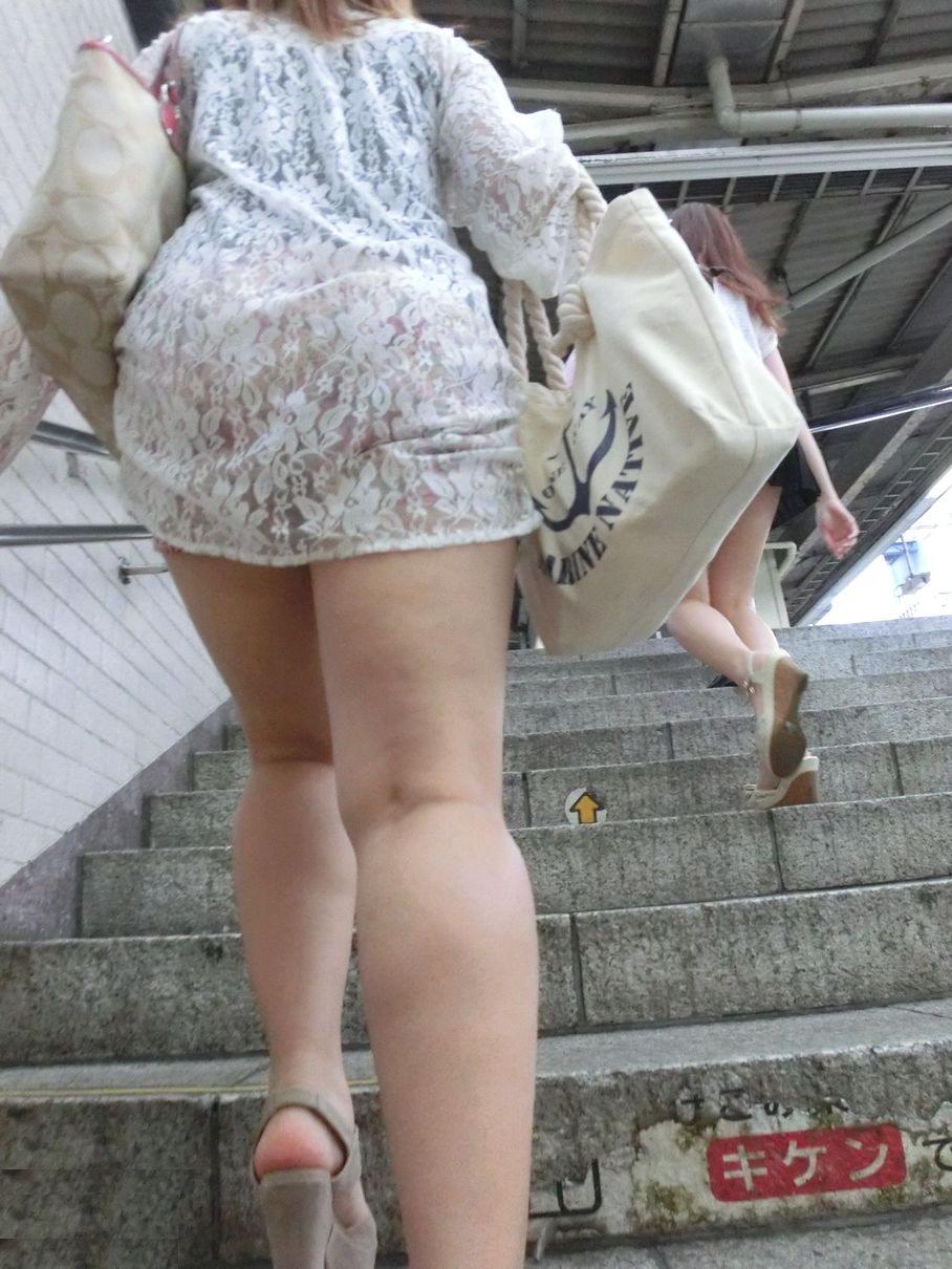 階段の下からのアングルで激写された素人娘のパンチラ画像 558