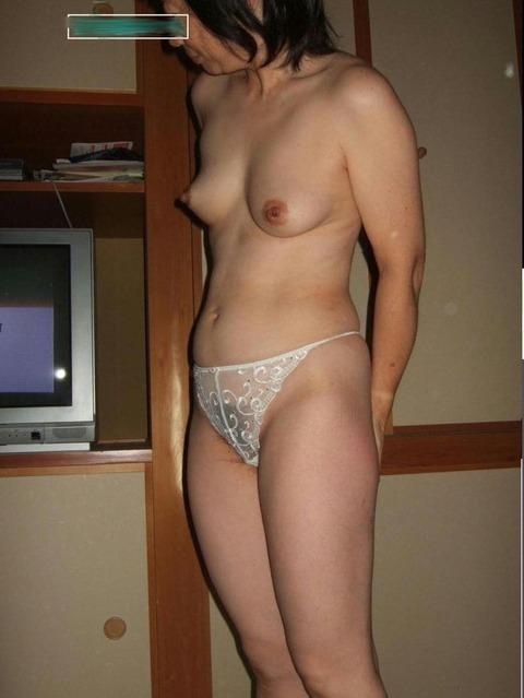 染み付きの匂うパンツを履いてる人妻熟女のエロ画像 570