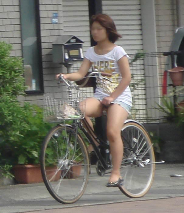 むっちり太ももが露わになるホットパンツを履いた素人娘の街撮りエロ画像 576