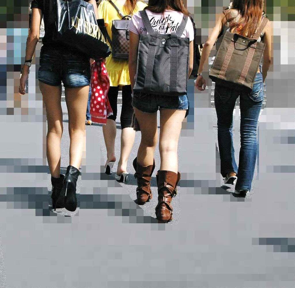 むっちり太ももが露わになるホットパンツを履いた素人娘の街撮りエロ画像 777