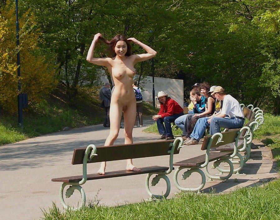 人生を掛けてまで野外露出するド変態女のエロ画像 817