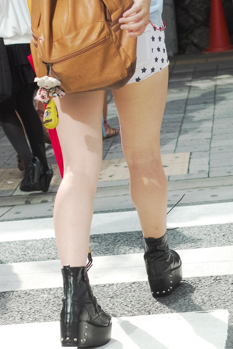 むっちり太ももが露わになるホットパンツを履いた素人娘の街撮りエロ画像 877
