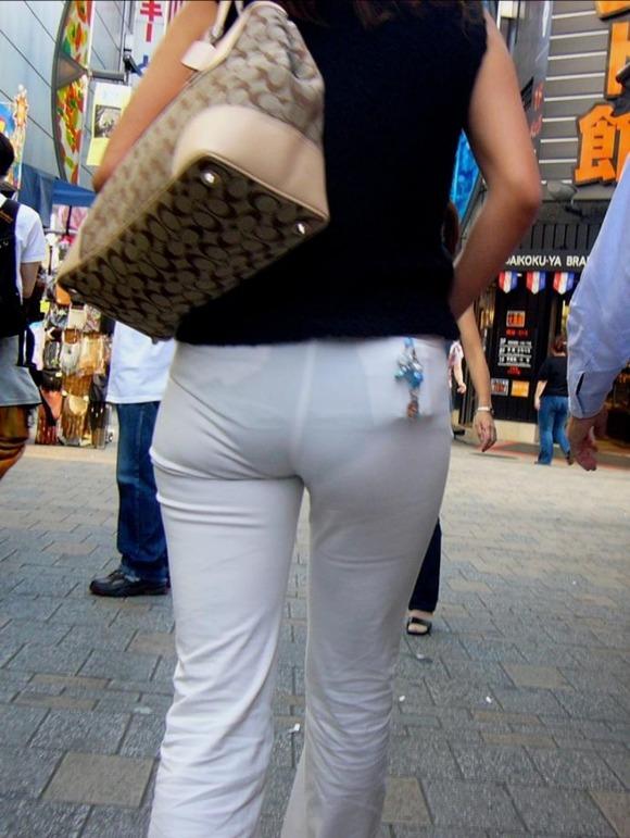 白い生地だからパンツが透けてる素人娘の街撮りエロ画像 919
