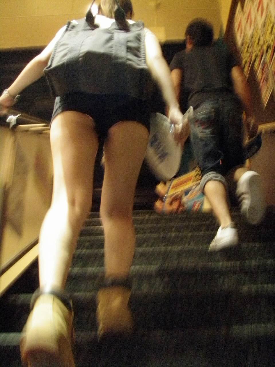 むっちり太ももが露わになるホットパンツを履いた素人娘の街撮りエロ画像 976