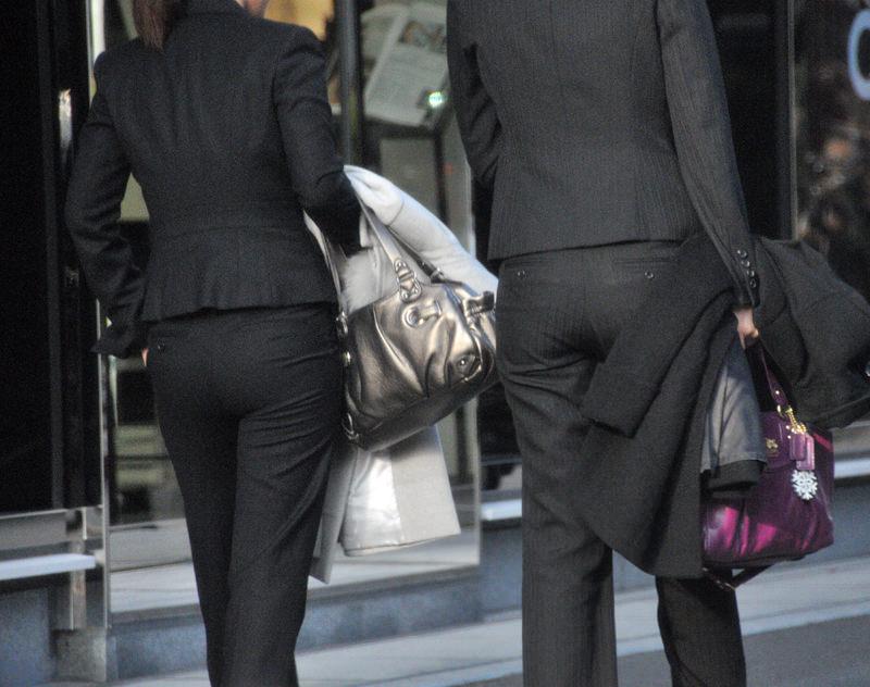 お尻と太ももの間にシワが寄るパンツスーツがマジでエロいOL街撮りエロ画像 10102