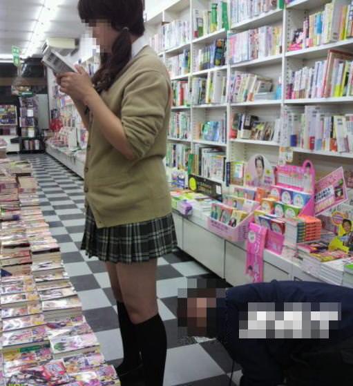 立ち読みに集中してる女のパンチラを撮影エロ画像 10116
