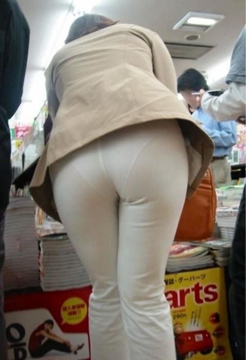 ズボンやスカートにパンツが透けてるお尻の街撮りエロ画像 1020