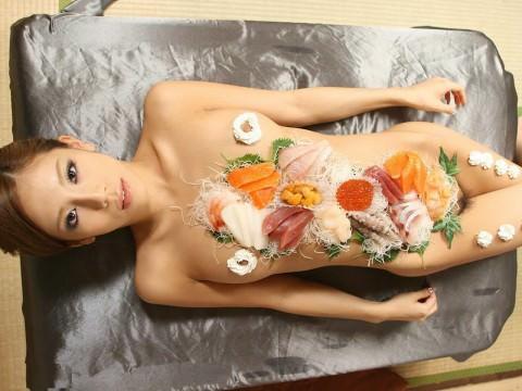 まんカスが隠し味になってる女体盛りのエロ画像 1081