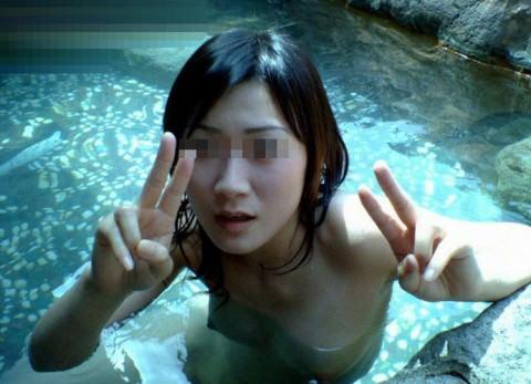 彼女との初お泊まり温泉旅行で記念撮影した露天風呂のエロ画像 1110