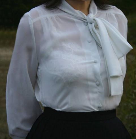 白い服に透けて見える透けブラ透けパンチラしてるエロ画像 11129