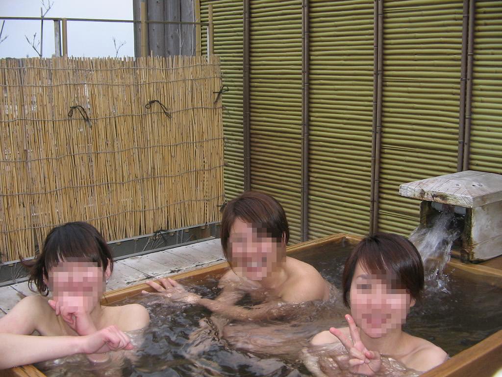 温泉でおふざけ記念撮影する女子達のエロ画像 11136