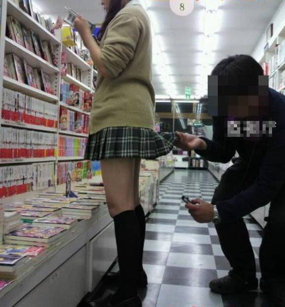 立ち読みに集中してる女のパンチラを撮影エロ画像 11156