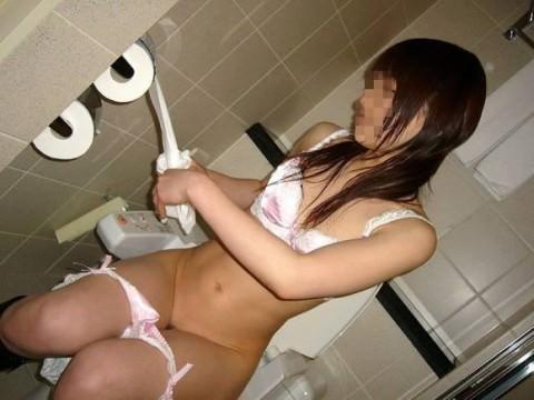 出会い系で知り合ったセフレにトイレでオシッコさせて写メったネット流出エロ画像 1184