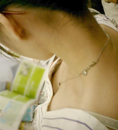 乳首がポロリしてたりしてなかったり胸チラを激写したエロ画像 1219