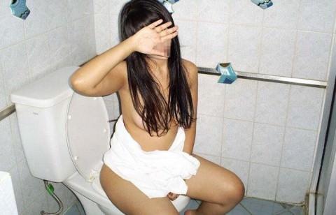 出会い系で知り合ったセフレにトイレでオシッコさせて写メったネット流出エロ画像 1252