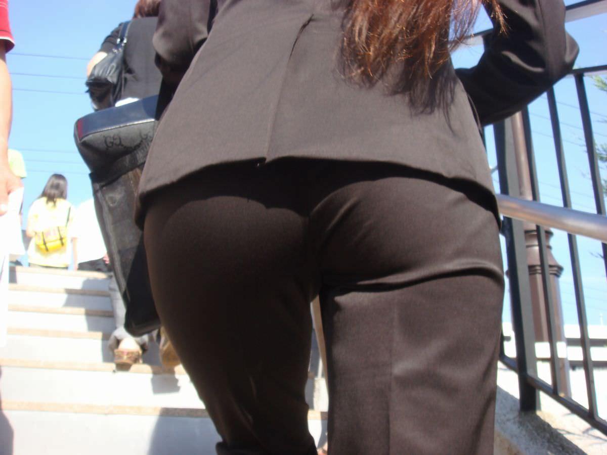 お尻と太ももの間にシワが寄るパンツスーツがマジでエロいOL街撮りエロ画像 13104