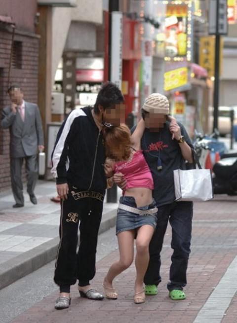 泥酔した女子が恥ずかしい姿になってるヤバい街撮りエロ画像 1348