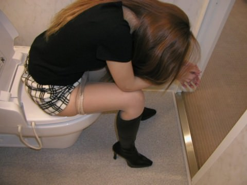 出会い系で知り合ったセフレにトイレでオシッコさせて写メったネット流出エロ画像 1351