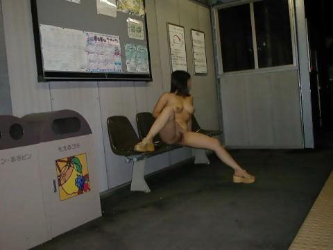 駅構内やホームでおっぱい見せちゃう鉄道マニアの露出狂エロ画像 1365