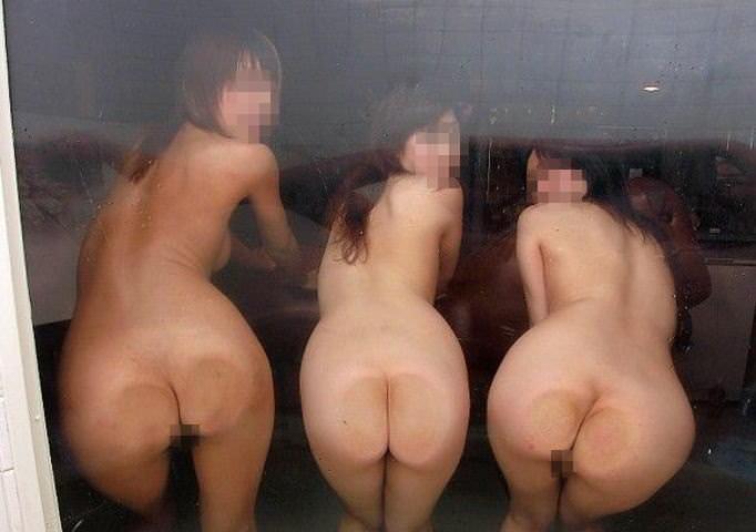 温泉でおふざけ記念撮影する女子達のエロ画像 1396
