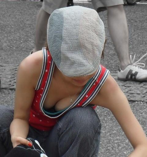 おっぱいポロリ寸前の街撮り胸チラエロ画像 14