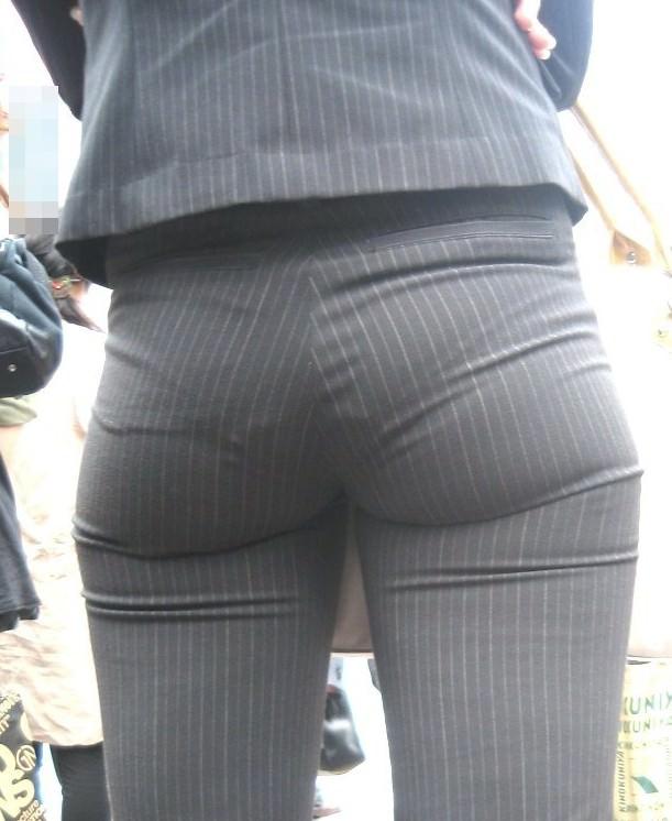 お尻と太ももの間にシワが寄るパンツスーツがマジでエロいOL街撮りエロ画像 1404