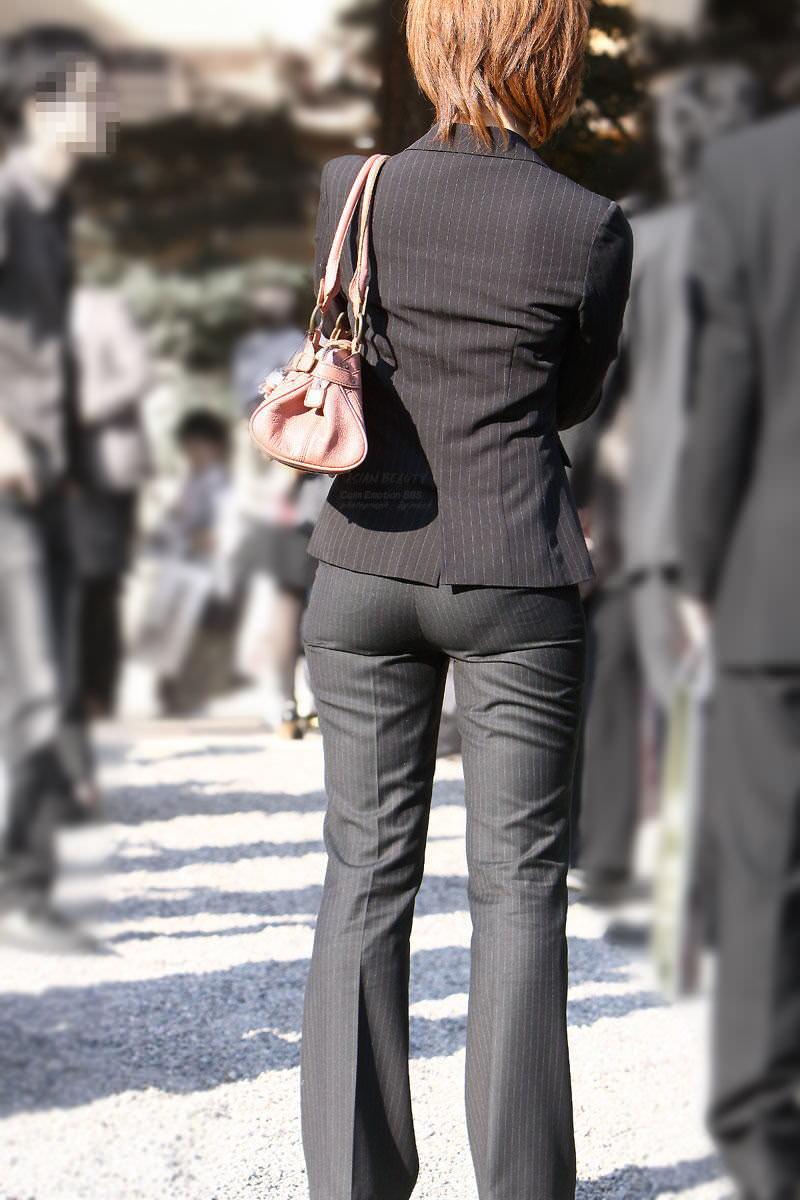 お尻と太ももの間にシワが寄るパンツスーツがマジでエロいOL街撮りエロ画像 1598