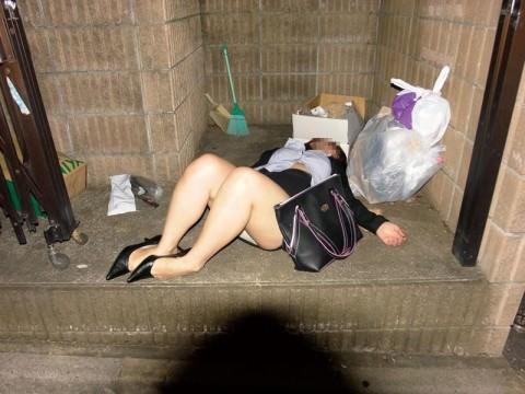 泥酔した女子が恥ずかしい姿になってるヤバい街撮りエロ画像 1645