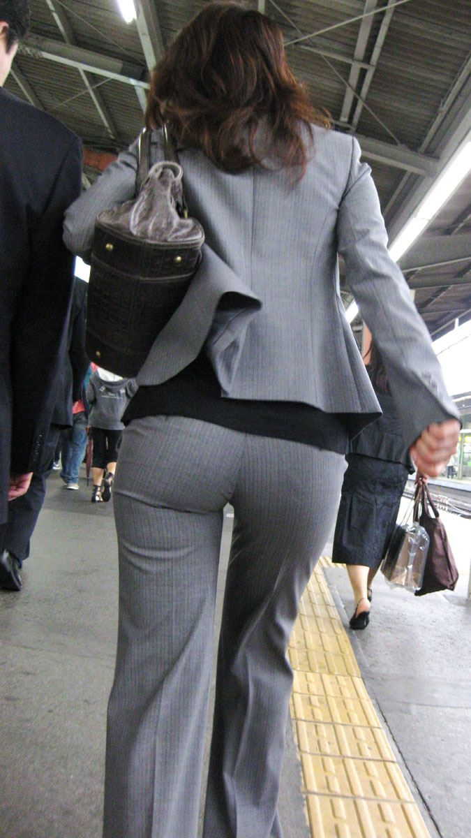 お尻と太ももの間にシワが寄るパンツスーツがマジでエロいOL街撮りエロ画像 1697