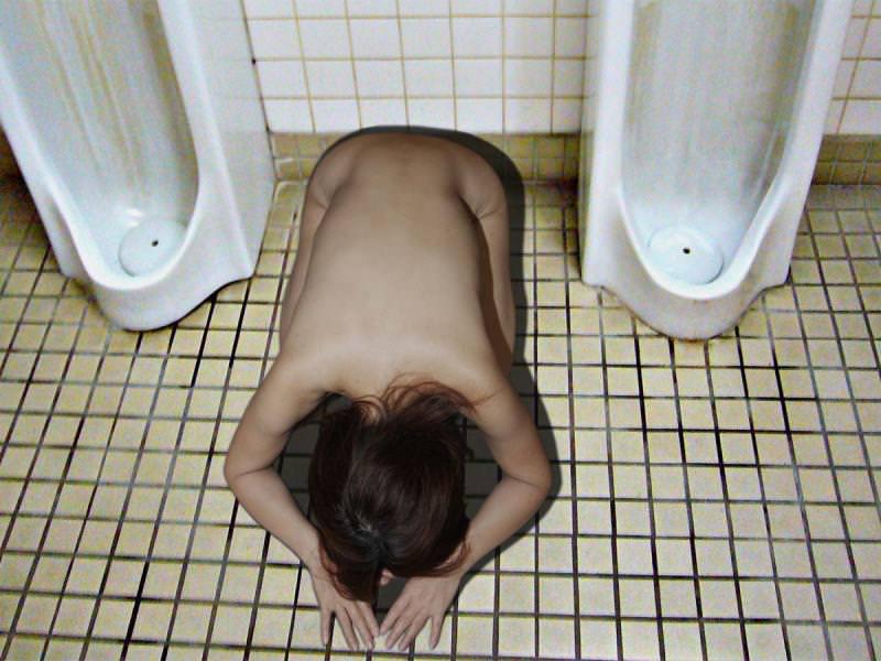 本物のトイレで肉便器達が性癖開放してるヤバいエロ画像 17105