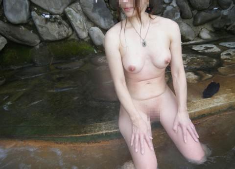 彼女との初お泊まり温泉旅行で記念撮影した露天風呂のエロ画像 196