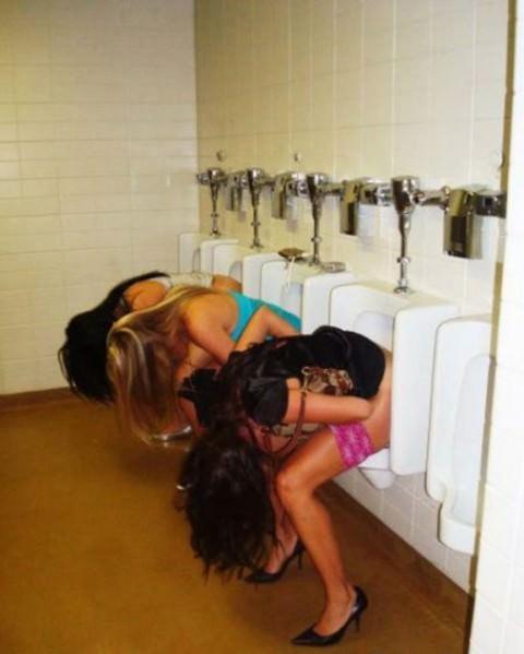 女子トイレの長蛇の待ちも立ちションベンで解決出来る事が分かった放尿エロ画像 1962