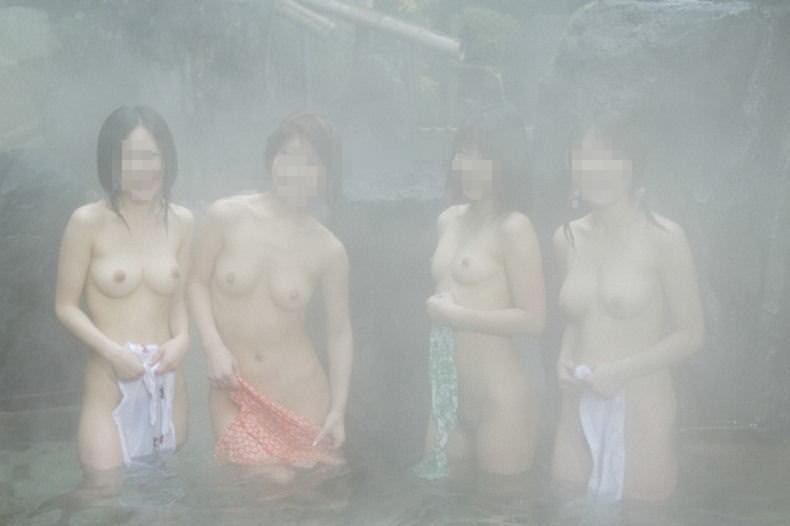温泉でおふざけ記念撮影する女子達のエロ画像 1986