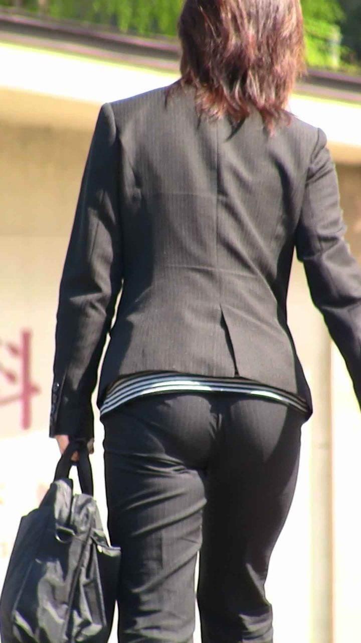お尻と太ももの間にシワが寄るパンツスーツがマジでエロいOL街撮りエロ画像 1992