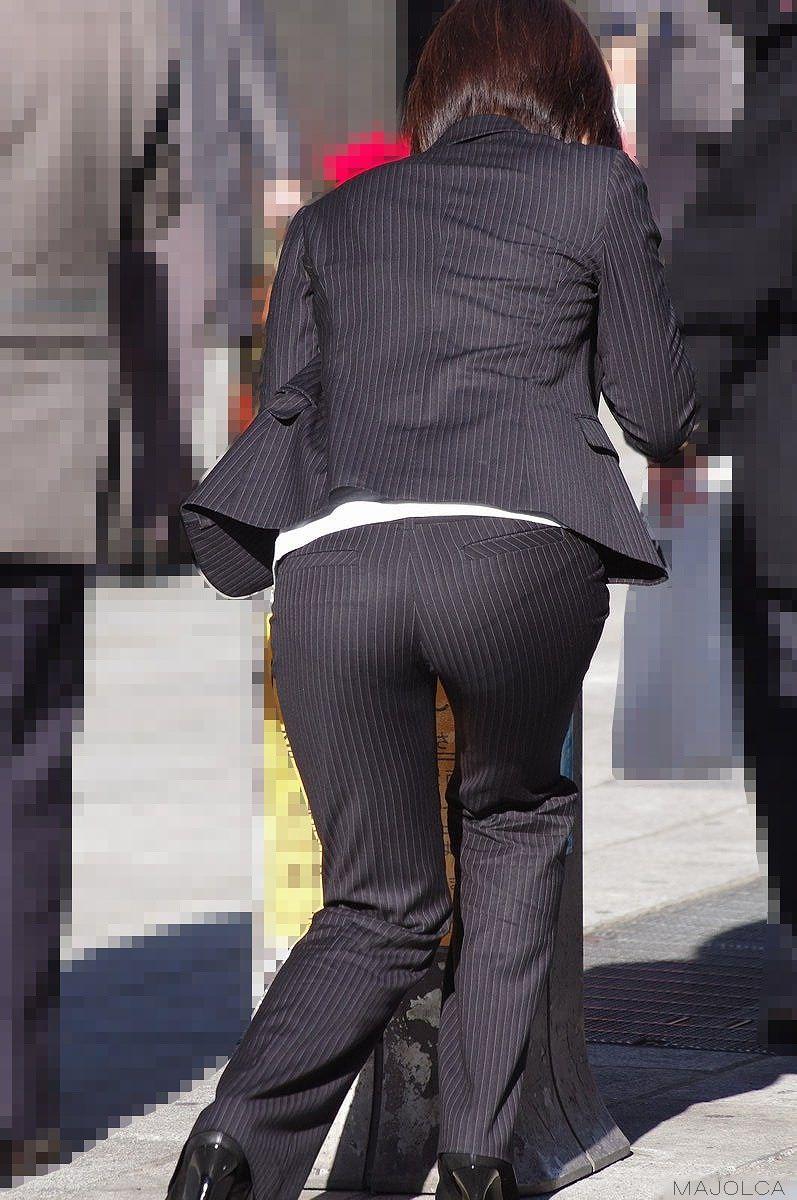 お尻と太ももの間にシワが寄るパンツスーツがマジでエロいOL街撮りエロ画像 21117