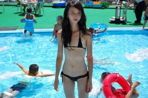 めっちゃ際どいビキニで夏を満喫する美女達のエロ画像 2136