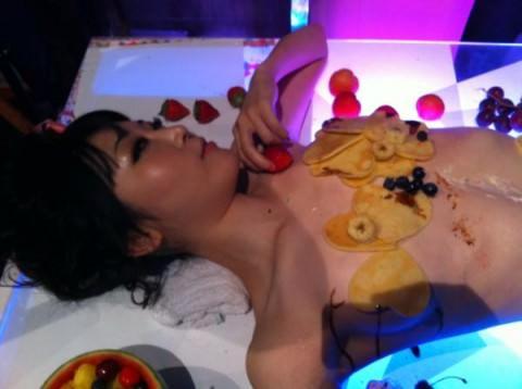 まんカスが隠し味になってる女体盛りのエロ画像 2193