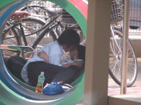 リア充カップルのイチャラブキッスの街撮りエロ画像 2205