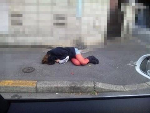 泥酔した女子が恥ずかしい姿になってるヤバい街撮りエロ画像 2231