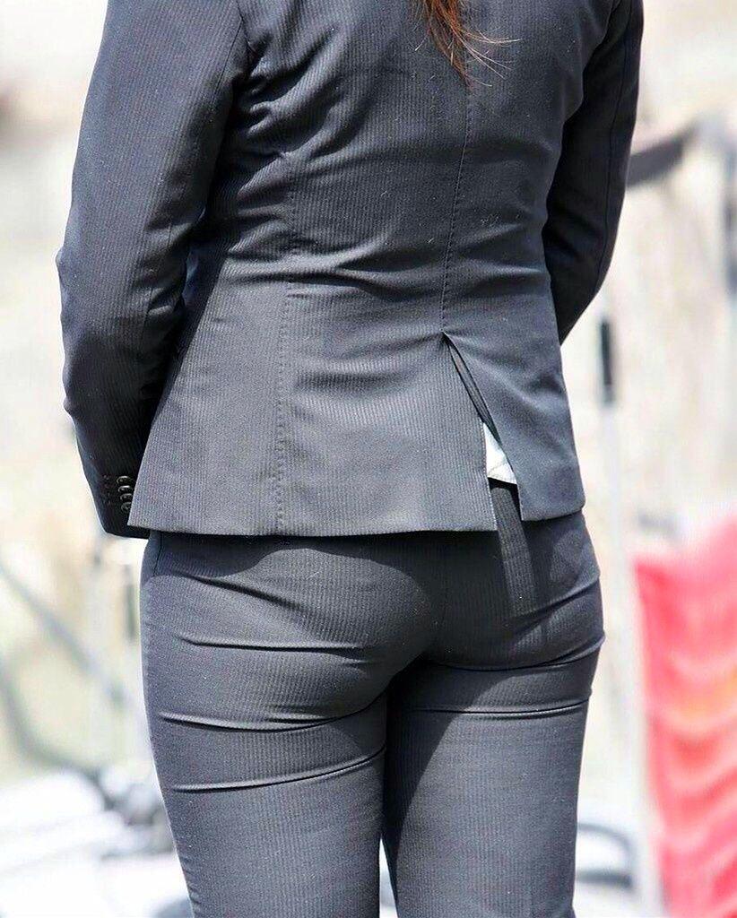 お尻と太ももの間にシワが寄るパンツスーツがマジでエロいOL街撮りエロ画像 2283