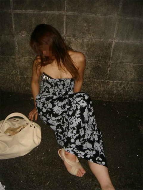 泥酔した女子が恥ずかしい姿になってるヤバい街撮りエロ画像 2329