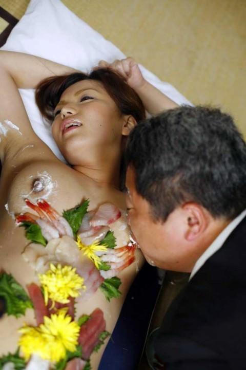 まんカスが隠し味になってる女体盛りのエロ画像 2355