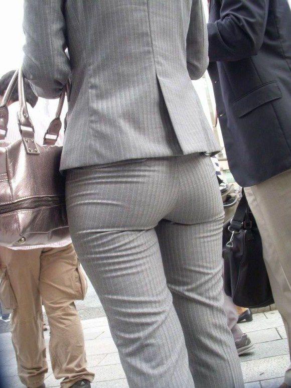 お尻と太ももの間にシワが寄るパンツスーツがマジでエロいOL街撮りエロ画像 2373