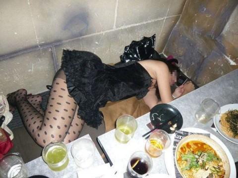 泥酔した女子が恥ずかしい姿になってるヤバい街撮りエロ画像 2427
