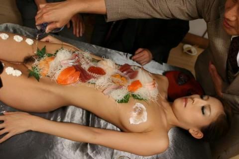 まんカスが隠し味になってる女体盛りのエロ画像 2453