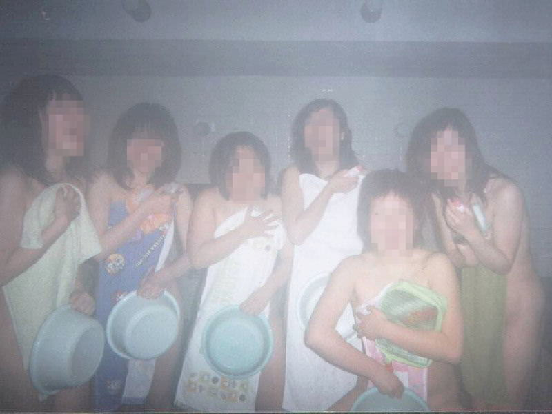 温泉でおふざけ記念撮影する女子達のエロ画像 2465