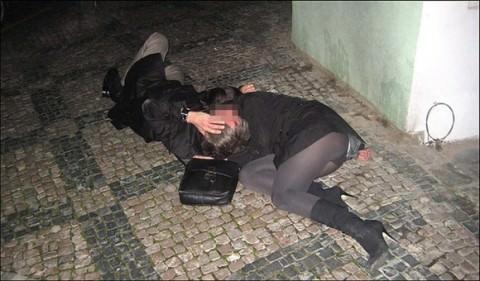 泥酔した女子が恥ずかしい姿になってるヤバい街撮りエロ画像 2526